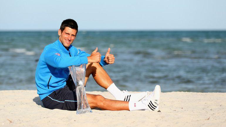 Новак ДЖОКОВИЧ с трофеем турнира в Майами. Фото AFP