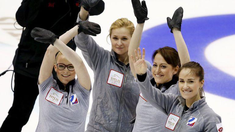 Сборная России по керлингу благодарит зрителей после победы в бронзовом матче с Шотландией. Фото REUTERS