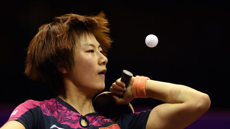 Сегодня. Сучжоу. Двукратная чемпионка мира ДИН НИН выполняет подачу. Фото AFP