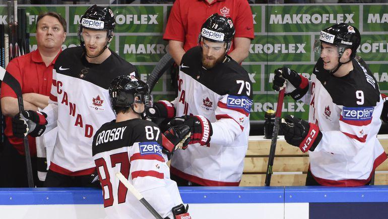 1 мая. Прага. Канада - Латвия - 6:1. Капитан канадцев форвард Сидни КРОСБИ (87) получает поздравления от своих партнеров.