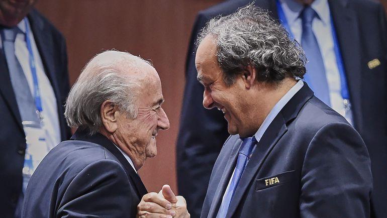 Пятница. Цюрих. Зепп БЛАТТЕР принимает поздравления с победой от главы УЕФА Мишеля ПЛАТИНИ.