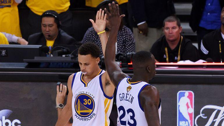 """Самый результативный баскетболист в составе """"Голдет Стейт"""" Стефен КАРРИ (слева)."""