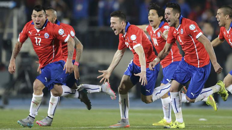 Сегодня. Сантьяго. Чили - Аргентина - 0:0, пен. - 4:1. Хозяева турнира празднуют историческую победу в финале домашнего Кубка Америки. Фото REUTERS