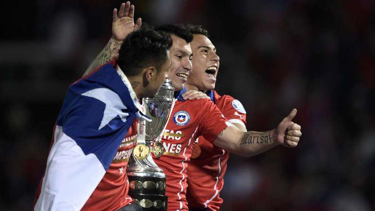 Сегодня. Сантьяго. Чили - Аргентина - 0:0, пен. - 4:1. Гонсало ХАРА, Гари МЕДЕЛЬ и Эдуардо ВАРГАС празднуют победу. Фото REUTERS