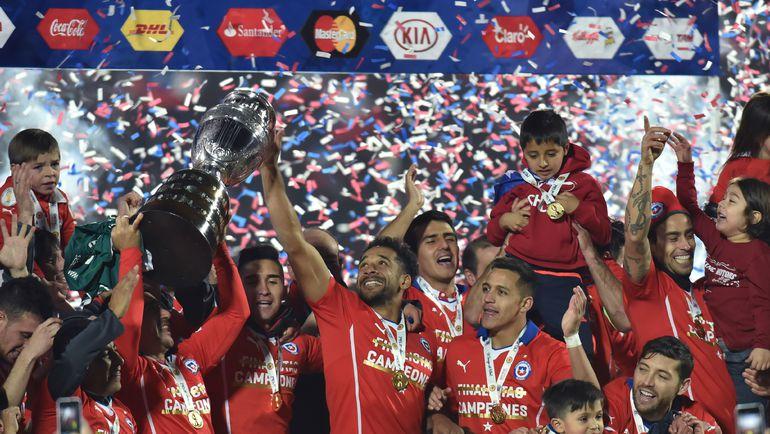 Суббота. Сантьяго. Чили - Аргентина - 0:0, пен. - 4:1. Хозяева радуются трофею. Фото REUTERS