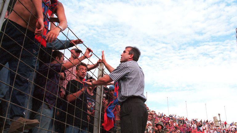 1999 год. Авалу ШАМХАНОВ успокаивает болельщиков ЦСКА. В дерби пытались успокоить уже его.