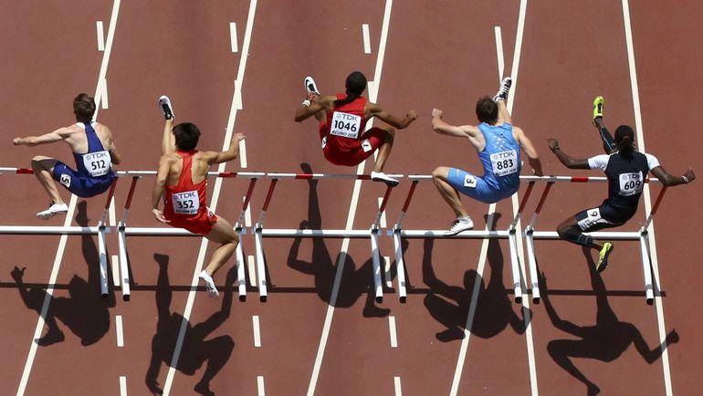 Сегодня. Пекин. Сергей ШУБЕНКОВ (второй справа) в предварительном забеге на чемпионате мира. Фото REUTERS