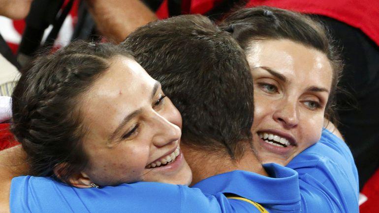 Суббота. Пекин. Мария КУЧИНА и Анна ЧИЧЕРОВА принимают поздравления от тренера. Фото REUTERS