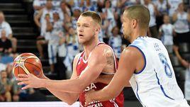Сегодня. Монпелье. Финляндия - Россия - 81:79. Андрей ЗУБКОВ (слева) против Джеральда ЛИ.
