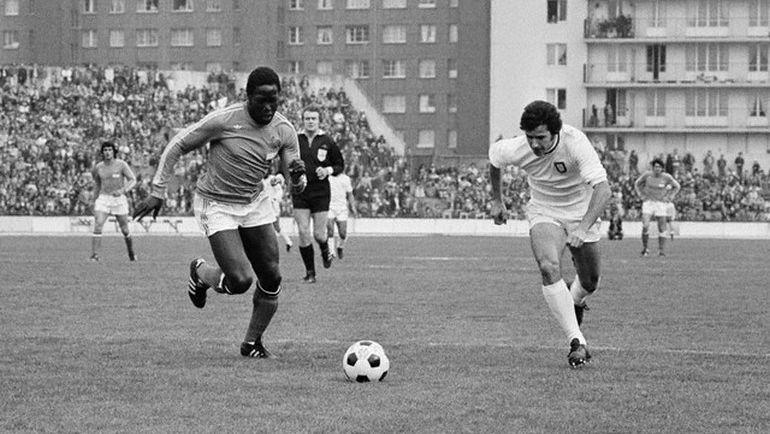 1975 год. Жан-Пьер АДАМС (слева) в товарищеском матче против сборной Португалии.