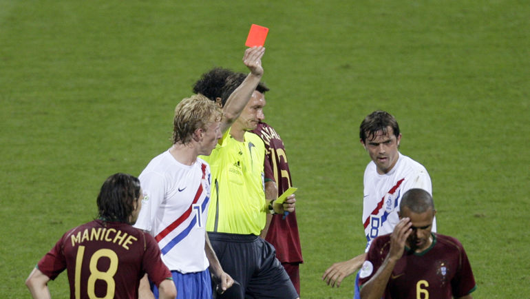Валентин ИВАНОВ в матче 1/8 финала ЧМ-2006 Португалия - Голландия: 16 желтых карточек, 4 из которых стали красными. Фото REUTERS