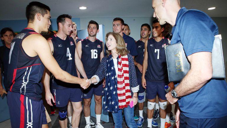 Кэролайн КЕННЕДИ и сборная США. Фото fivb.org