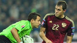 Основной голкипер сборной Молдавии Илья ЧЕБАНУ (слева) перед матчем с Россией призывает партнеров не позволять соперникам пасовать на Артема ДЗЮБУ.