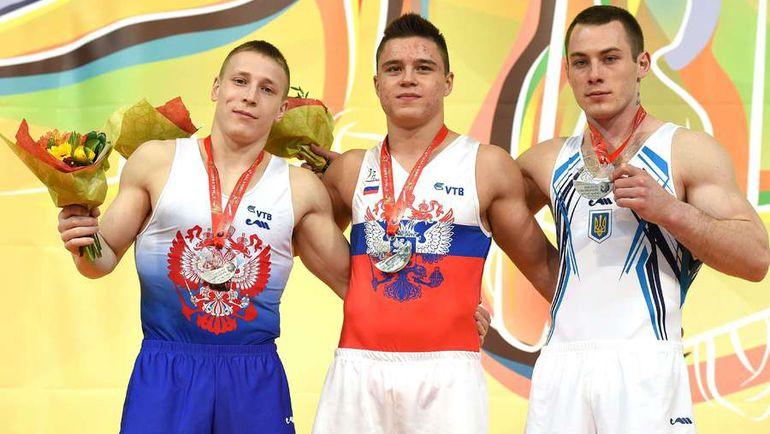 Денис АБЛЯЗИН (слева) с Никитой НАГОРНЫМ (в центре) и Игорем РАДИВИЛОВЫМ во время церемонии награждения призеров в опорном прыжке на апрельском чемпионате Европы в Монпелье.