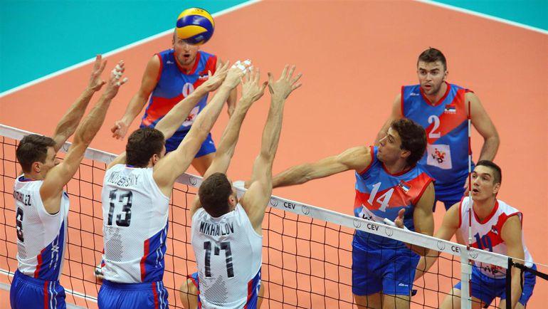 Сегодня. Бусто-Арсицио. Сербия - Россия - 1:3. Россияне играют на блоке после атаки Александара АТАНАСЬЕВИЧА (№14). Фото cev.lu