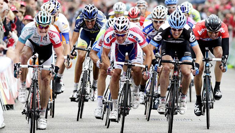 Денис ГАЛИМЗЯНОВ (в центре) до дисквалификации был сильнейшим российским спринтером. Фото AFP