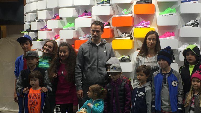 """Полузащитник """"Спартака"""" Роман Широков вместе со своей женой и детьми посетил открытие магазина Rookie"""