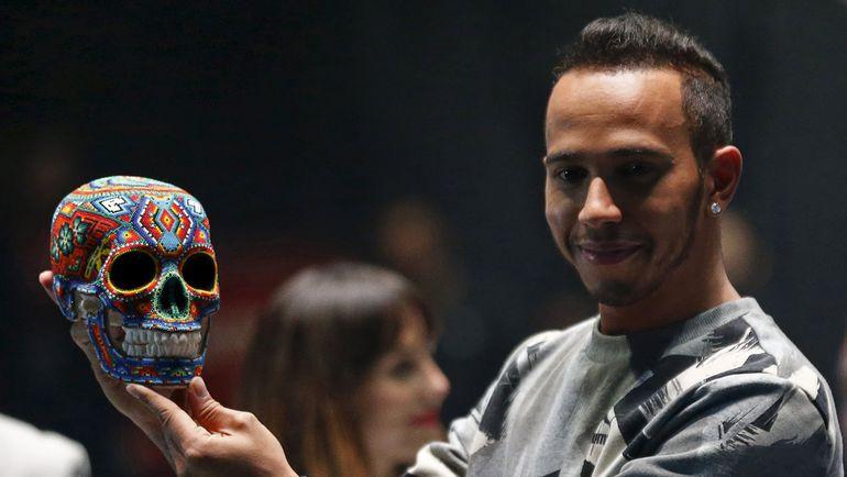 Льюис ХЭМИЛТОН в Мехико поучаствовал в празднике - День мертвых. Фото REUTERS