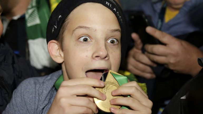 Сонни Билл Уильямс подарил ребенку медаль победителя Кубка мира-2015. Фото REUTERS