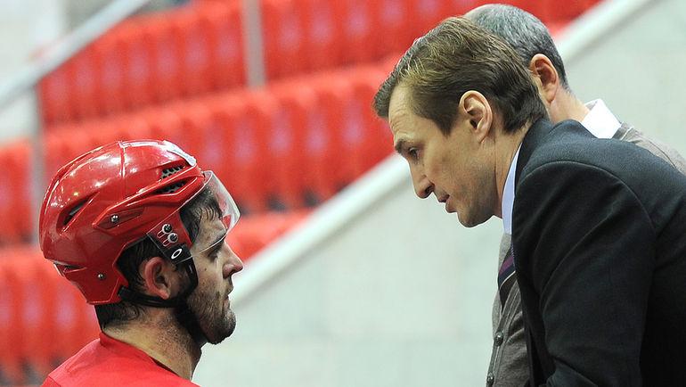 Сергею ФЕДОРОВУ (справа) предстоит нелегкая задача: убедить Александра РАДУЛОВА в том, что ЦСКА - лучшее место для продолжения карьеры.