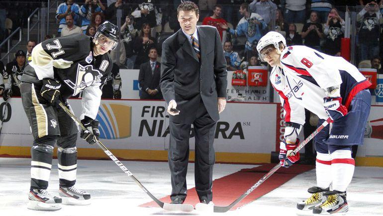 Александр ОВЕЧКИН и Евгений МАЛКИН (№71) на символическом вбрасывании с легендой НХЛ Марио ЛЕМЬЕ. Фото AFP