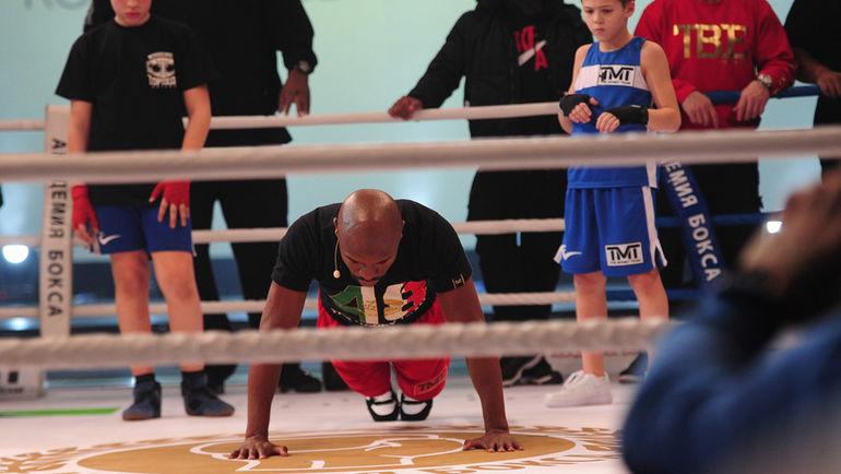 """…в тренировке живой легенды мирового бокса. Фото Федор УСПЕНСКИЙ, """"СЭ"""""""