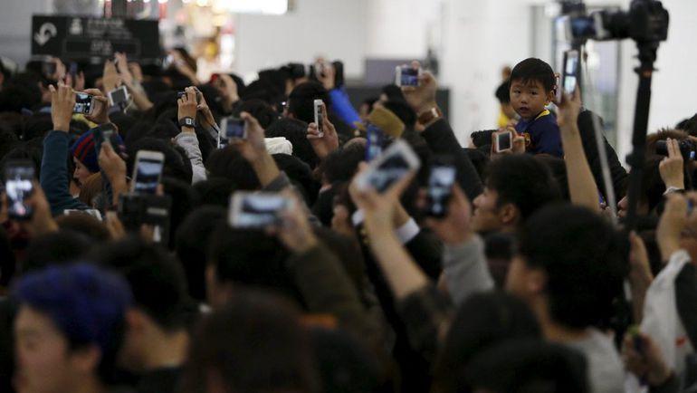 """Так японские фанаты встречали """"Барселону"""" в Токио. Фото REUTERS"""