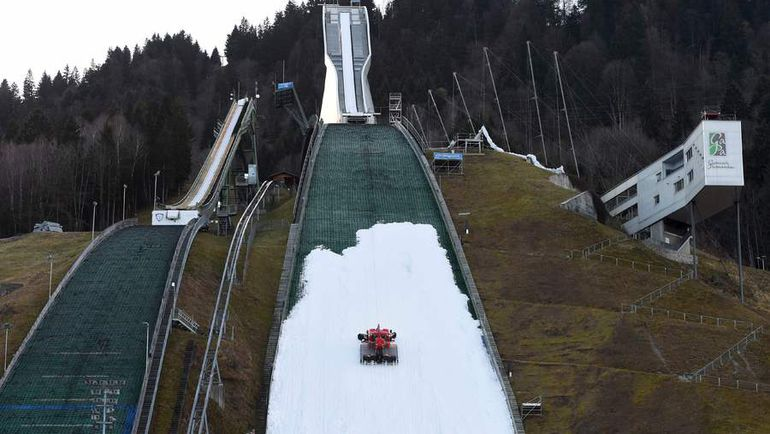 Отсутствие снега вынуждает организаторов отменять один за другим этапы Кубка мира по прыжкам с трамплина. Фото AFP