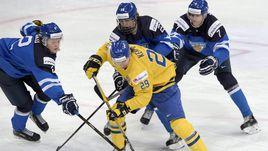Сегодня. Хельсинки. Швеция - Финляндия - 1:2. Эдриан КЕМПЕ (№29) против Сами НИКУ (слева), Патрика ЛАЙНЕ и Нико МИККОЛЫ (№7).