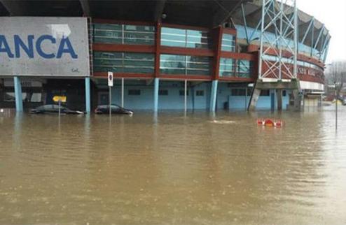 """Затопленная территория стадиона """"Сельты""""."""