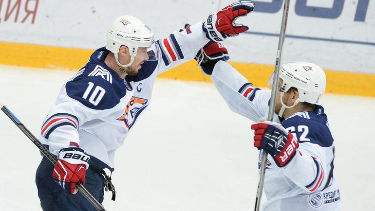 Сергей МОЗЯКИН (№10) и Оскар ОСАЛА. Фото photo.khl.ru