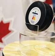 Шайба, которую забросил Сидни КРОСБИ в овертайме финала Олимпийских игр-2010 в Ванкувере. Фото REUTERS