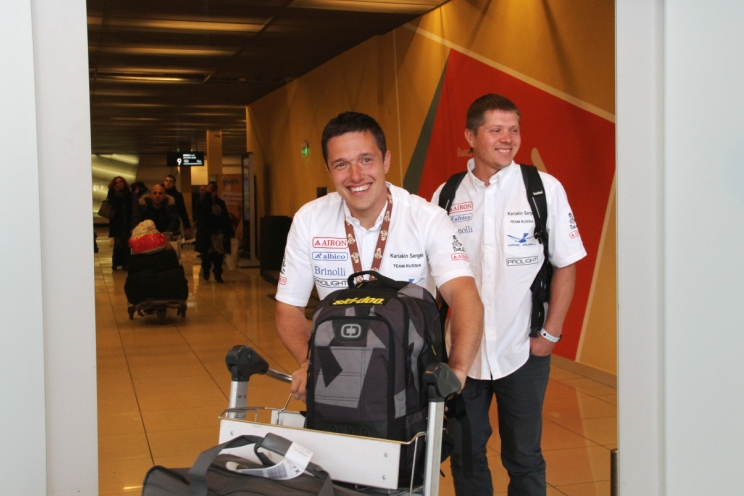 Карякин в аэропорту.