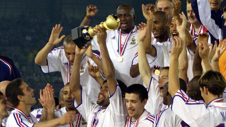 10 июня 2001 года. Йокогама. Япония – Франция – 0:1. Кристиан КАРАМБЕ с Кубком конфедераций. Фото REUTERS