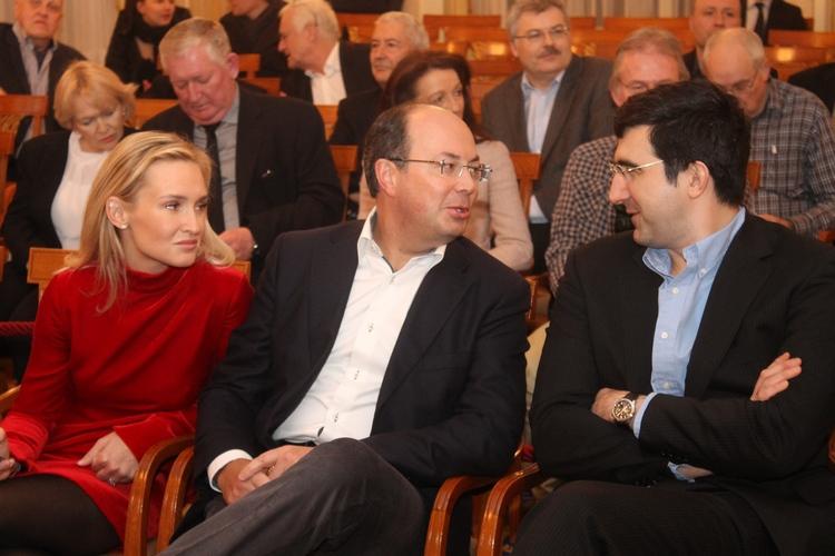 Олег СКВОРЦОВ (в центре) с супругой Натальей и Владимир КРАМНИК. Фото Владимир БАРСКИЙ