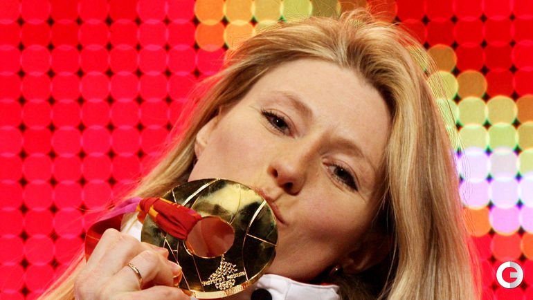 15 февраля 2006 года. Турин. Светлана ЖУРОВА - олимпийская чемпионка на дистанции 500 м. Церемония награждения. Фото REUTERS