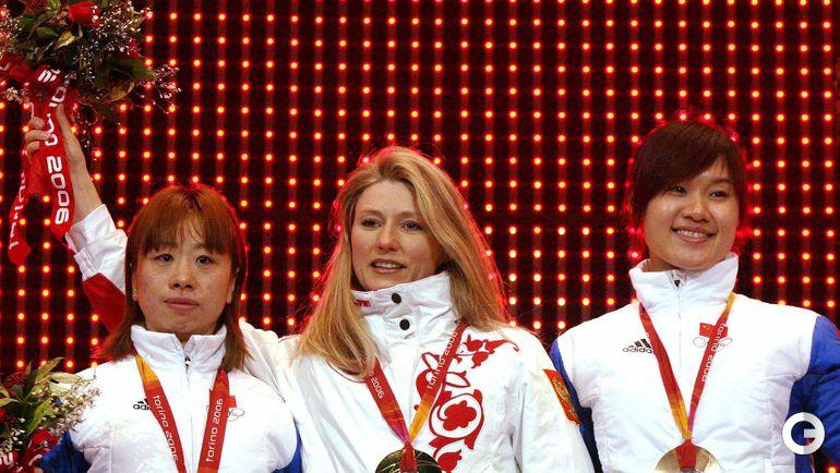 15 февраля 2006 года. Турин. Светлана ЖУРОВА (в центре), Ван МАНЬЛИ (слева) и Жэнь ХУЭЙ. Фото REUTERS