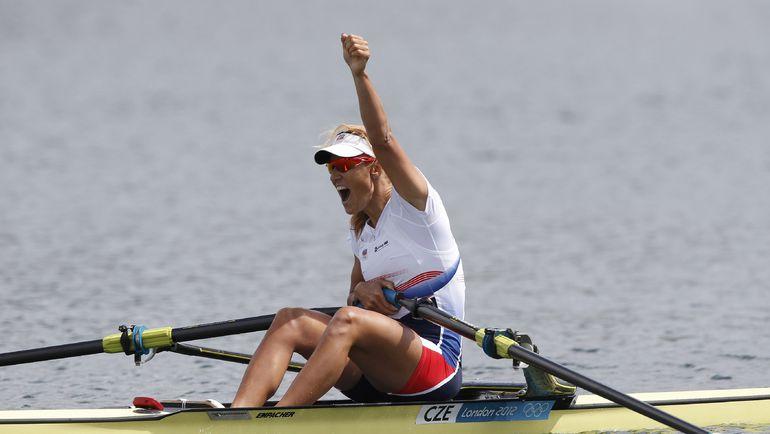 Мирослава КНАПКОВА празднует победу в финальной гонке. Фото REUTERS