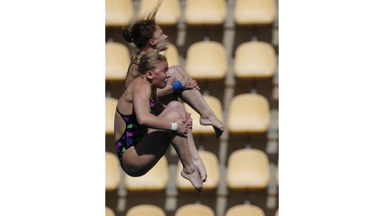 Екатерина ПЕТУХОВА и Юлия ТИМОШИНИНА не смогли завоевать олимпийскую лицензию в синхронных прыжках. Фото REUTERS