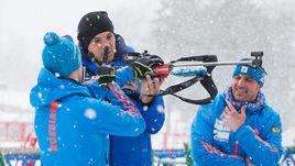 Алексей ВОЛКОВ (слева), Артем ДЗЮБА (в центре) и Рикко ГРОСС на биатлонном стрельбище.