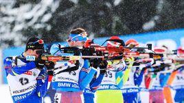 Воскресенье. Холменколлен. Антон ШИПУЛИН (№45) поднялся с 45-го места в спринте на 9-е в гонке преследования.