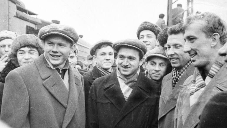1956 год. На вокзале. Эдуард СТРЕЛЬЦОВ, Никита СИМОНЯН, Анатолий БАШАШКИН, Игорь НЕТТО. Фото Анатолий БОЧИНИН