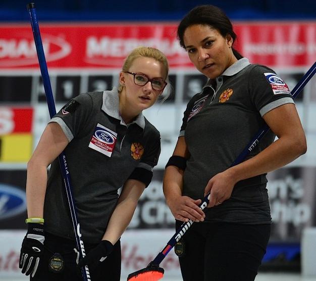 Александра РАЕВА и Нкеирука ЕЗЕХ. Фото worldcurling.org