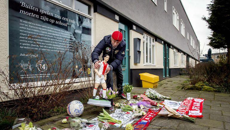 Четверг. Амстердам. Мемориал около дома Йохана Кройфа. Фото REUTERS