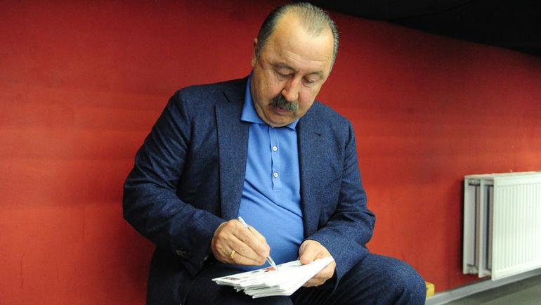 """Валерий ГАЗЗАЕВ: автограф на память. Фото Никита УСПЕНСКИЙ, """"СЭ"""""""