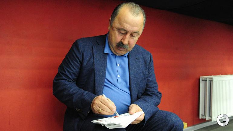 """Суббота. Москва. Валерий ГАЗЗАЕВ: автограф на память. Фото Никита УСПЕНСКИЙ, """"СЭ"""""""