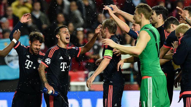 """Среда. Лиссабон. """"Бенфика"""" - """"Бавария"""" - 2:2. Баварцы празднуют выход в полуфинал. Фото AFP"""
