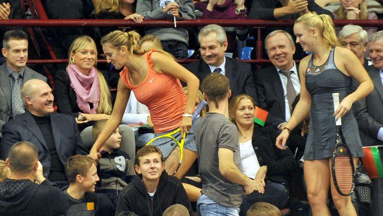 С президентом Белоруссии Александром ЛУКАШЕНКО (слева) Виктория АЗАРЕНКО (в центре) проговорила много часов. Фото AFP