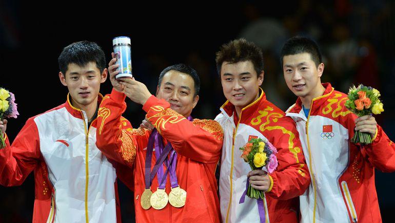 Среда. Лондон. Китайские теннисисты с золотыми медалями командного олимпийского турнира. Фото REUTERS