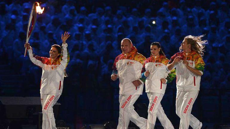 2014 год. Алина КАБАЕВА (слева) на церемонии открытия Олимпийских игр в Сочи. Фото AFP